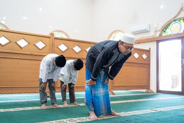 モスクで祈るイスラム教徒の人々
