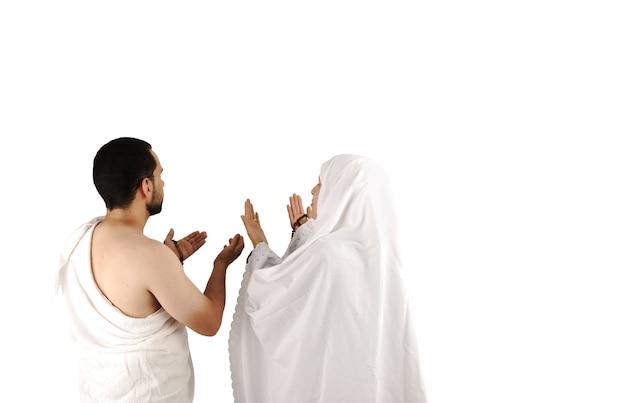 흰색 전통 옷을 입은 이슬람 순례자