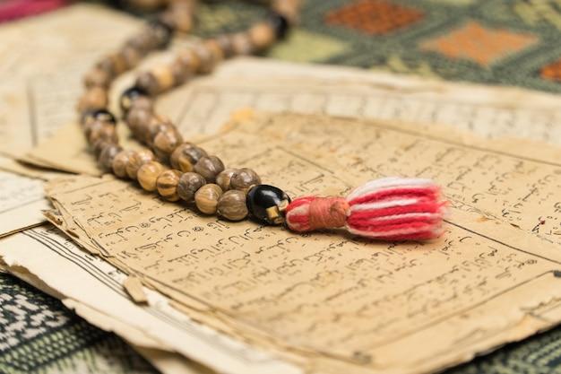 Мусульманские четки с древними страницами из корана исламские и мусульманские концепции
