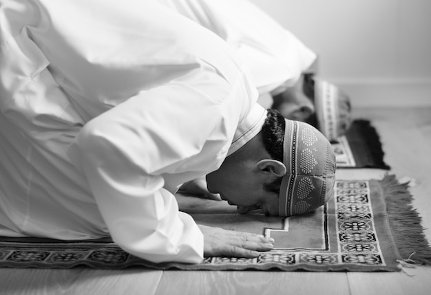Мусульманин молится в позе суджуда