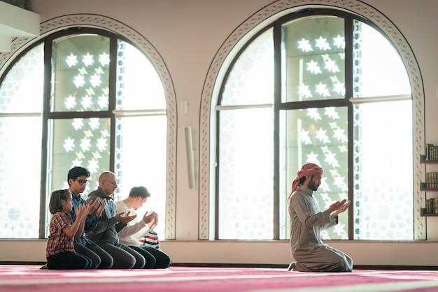 Мусульманин молится в красивой мечети