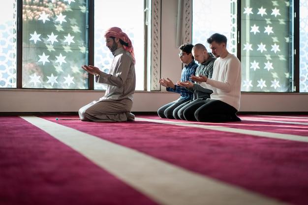 美しいモスク内で祈るイスラム教徒