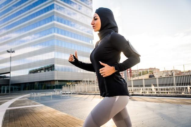 외부 맞는 신체 훈련과 이슬람 낚시를 좋아하는 소녀