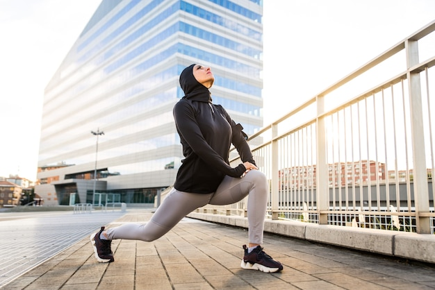 외부 맞는 신체 훈련과 이슬람 낚시를 좋아하는 소녀 프리미엄 사진