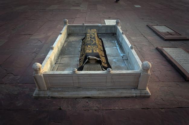 Мусульманская каменная могила, покрытая платком в священном городе фатехпур сикри. индия.
