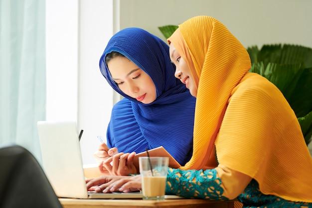 Мусульманские студенты работают над проектом