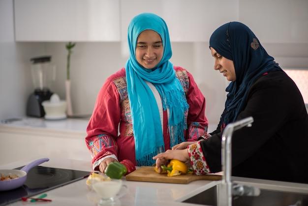 キッチンで働くイスラム教徒の伝統的な女性