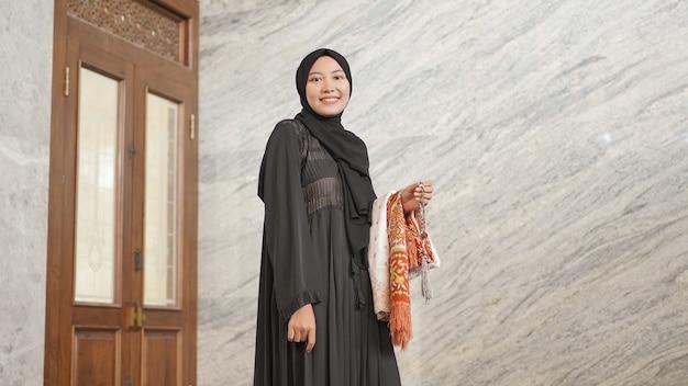 モスクで礼拝した後のイスラム教徒の女性