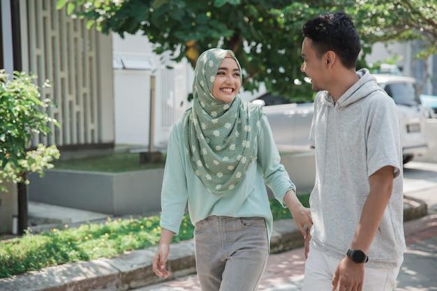 Мусульманская женщина и мужчина весело