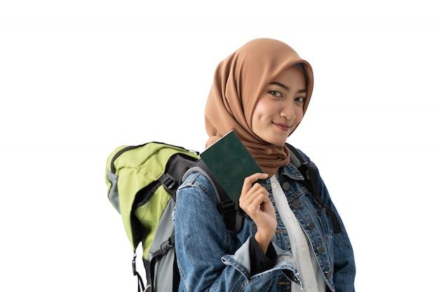 Мусульманская женщина рюкзаком держит паспорт