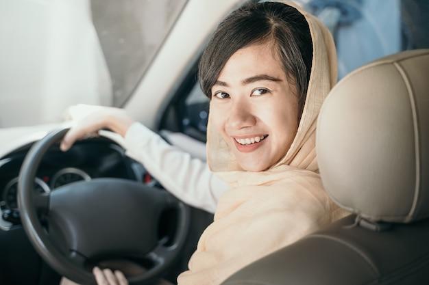 イスラム教徒の女性が車を運転