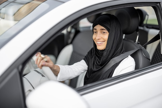 차를 운전하는 이슬람 여성