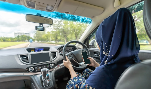 イスラム教徒の女性が運転