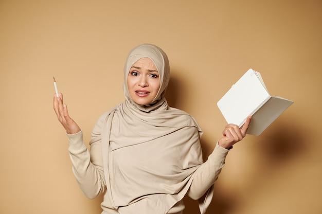驚きを表現するイスラム教徒の女性