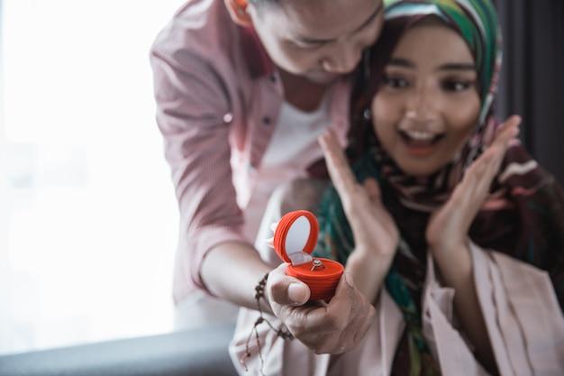 イスラム教徒の女性はリングを取得します