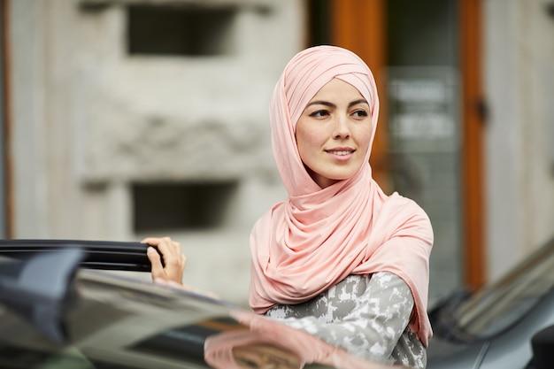 イスラム教徒の女性が彼女の車に乗り込む