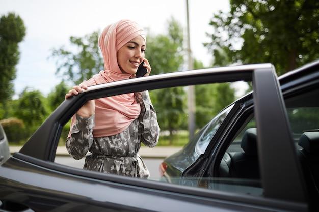 車に入るイスラム教徒の女性