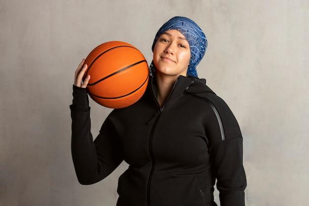 バスケットボールを保持しているイスラム教徒の女性
