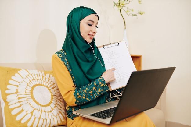 イスラム教徒の女性がウェビナーを主催