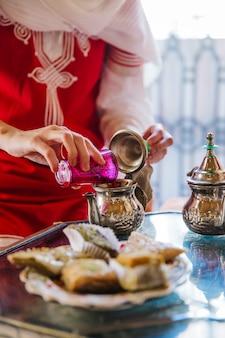 Мусульманская женщина в ресторане арабского