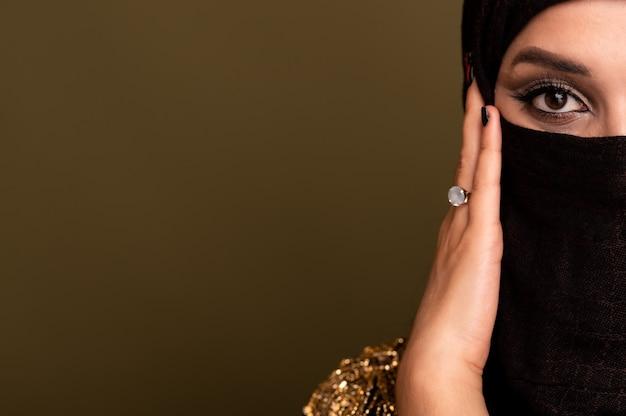 ヒジャーブのイスラム教徒の女性。伝統的なドレスを着た若いアラブの女の子の肖像画