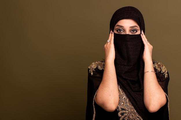 ヒジャーブを着たイスラム教徒の女性