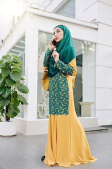 伝統的なドレスでイスラム教徒の女性