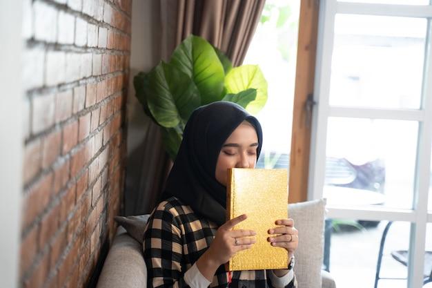 イスラム教徒の女性がコーランにキス