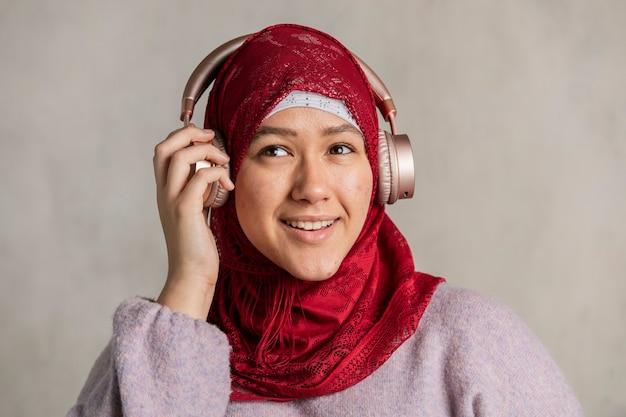 音楽を聴いているイスラム教徒の女性