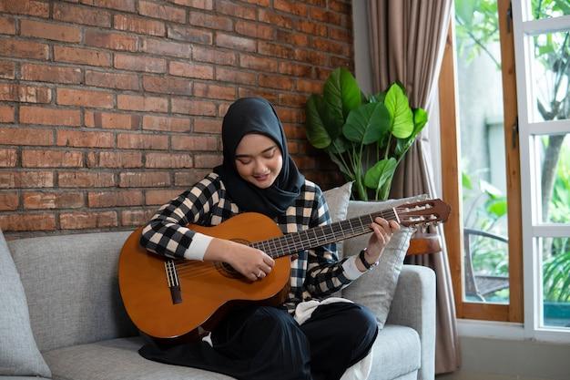 イスラム教徒の女性がギターを弾く