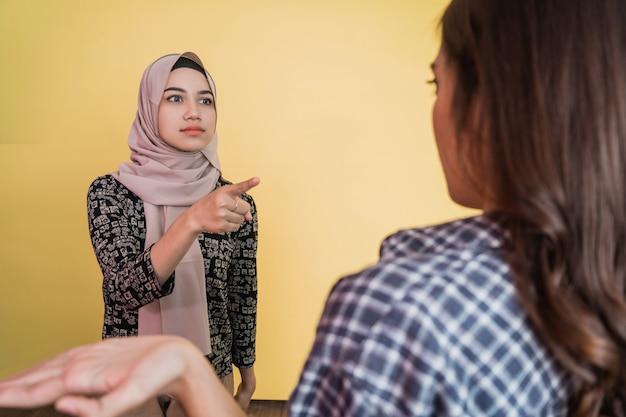 회피 제스처에 여자에 손가락을 가리키는 이슬람 여자