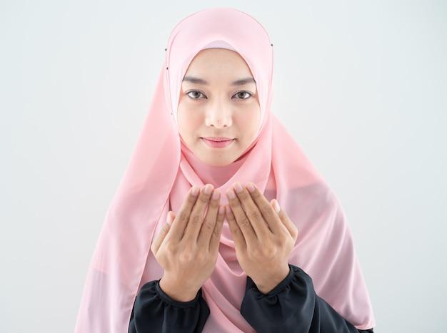 Мусульманка молится в хиджабе