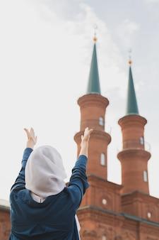 이슬람 여성기도 착용 히잡 금식 사원 배경에 알라에게기도