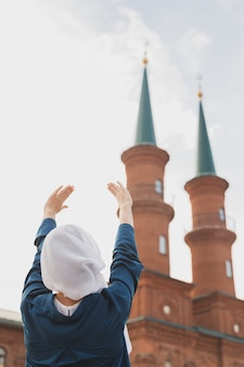 Мусульманская женщина молитва носить хиджаб поститься молиться аллаху на фоне мечети