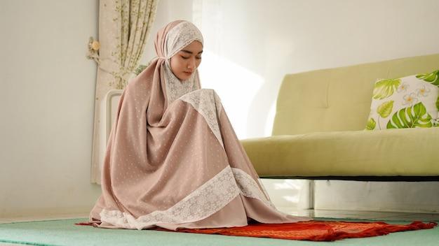 ムケナを身に着けて祈るイスラム教徒の女性