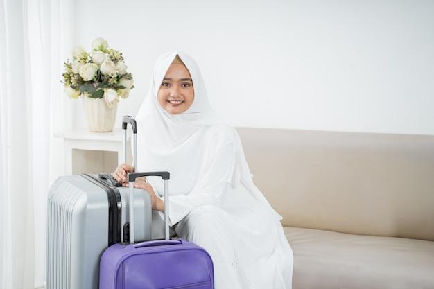 イスラム教徒の女性がウムラの前に白い伝統的な服を着て座る