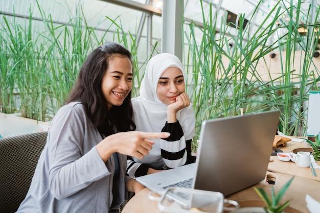 Мусульманская женщина разговаривает в кафе вместе