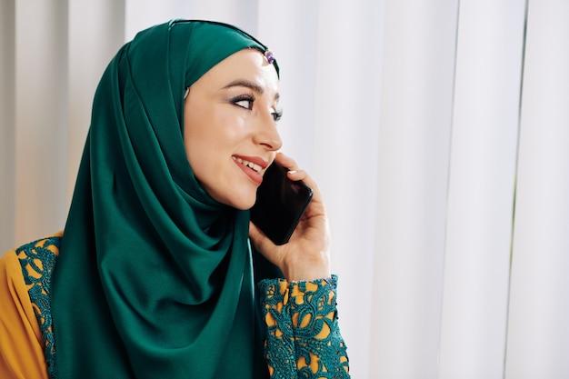 電話で話しているイスラム教徒の女性
