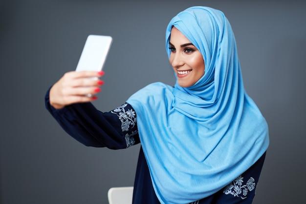 사무실에서 스마트 폰을 사용 하여 이슬람 여성