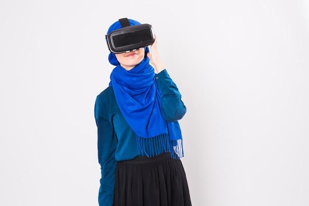 Vr 헤드셋을 사용하는 무슬림 여성. 기술, vr, 사람 및 게임 개념.