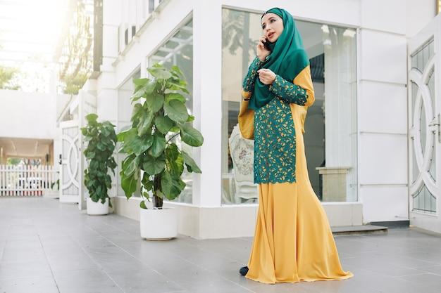 イスラム教徒の女性が屋外で歩く