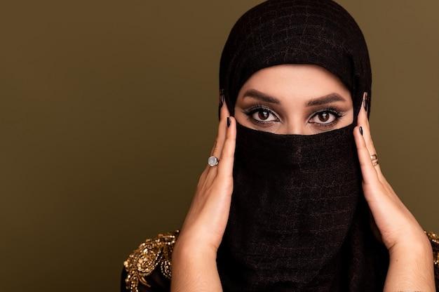 ヒジャーブを身に着けているイスラム教徒の女性