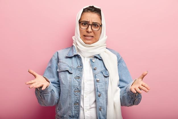데님 재킷을 입고 이슬람 여성