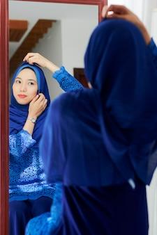 ヒジャーブを着ているイスラム教徒の女性