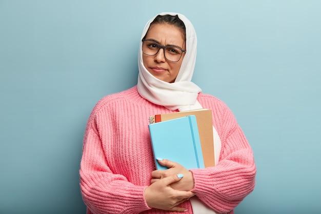 ピンクのセーターを着ているイスラム教徒の女性