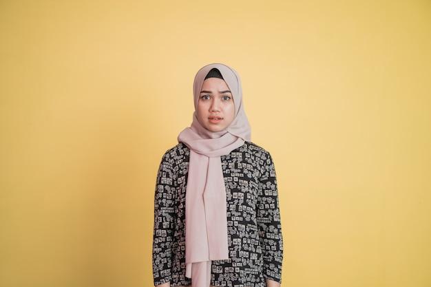 혼란스러운 의심과 어리둥절한 얼굴 표정을 가진 이슬람 여성