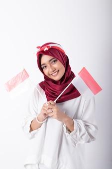 Мусульманская женщина с индонезийскими флагами