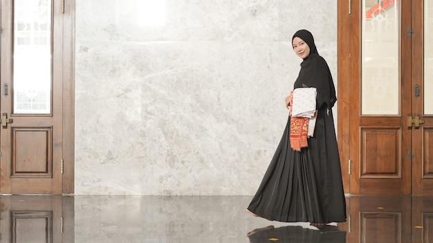 礼拝後のイスラム教徒の女性はモスクを離れます