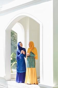 イスラム教徒の女性がパーティーでチャット
