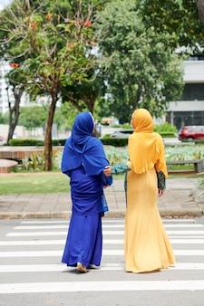 道路を横断するイスラム教徒の女性